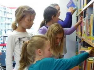 Kinder suchen sich ihr Lieblingsbuch aus.