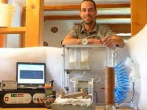"""Allgäuer """"Düsentrieb"""" Andreas Honisch mit seiner selbstgebauten Wasserstoffzelle."""