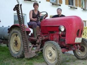 Andrea und Hans Fehnle aus Altusried auf ihrem heißgeliebten Porsche Traktor.